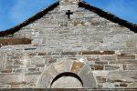 Le fronton occidental présente une croix ajourée et de nombreux blocs gravés. Ces motif sont à dater du 10e siècle