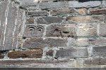 Deux motifs: équidé et jeu d'arcades (un en relief, l'autre gravé)