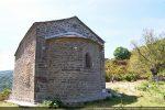 Côté est: croix ajourée dans le fronton et fenêtre absidiale