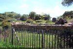 Site archéologique du complexe baptismal vu du chemin menant à la plage