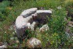 Détail de la cuve  des 11e-12e siècles (circulaire comme celle du haut Moyen Age, aménagée sur la cuve cruciforme d'origine)