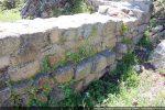 Extérieur du mur nord: la construction des 11e-12e siècles est légèrement désaxée par rapport à l'édifice précédent