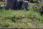 Au pied du rocher, mur  et vestiges de la piscine baptismale de la branche sud du baptistère paléochrétien