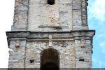 Vue partielle du campanile: dalles de schistes, moulures et petite tête provenant de la chapelle romane Santa Maria