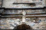 Petite tête romane disposée au premier étage du campanile