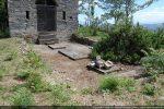 Devant la chapelle reconstruite: dalle en béton avec trois plaques funéraires (tracé de la chapelle de la fin du 11e siècle-début du 12e siècle)