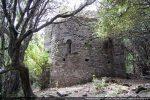 L'édifice est situé sur un plateau parsemé d'arbres