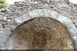 Arc triomphal composés de grands claveaux légèrement irréguliers, remaniement du 10e siècle d'après l'étude de G. Moracchini-Mazel. R. Coroneo opte pour une construction complète au 12e siècle