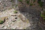 Espace devant le chœur avec une pierre dressée