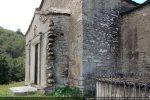 Amorce de l'abside et angle marqué par des blocs importants (angle nord-est)