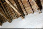 Belle charpente en bois reposant sur des corbeaux moulurés
