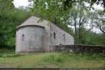 Le côté nord de la chapelle est ceinturé d'un muret délimitant le cimetière (angle nord-est)