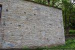 Traces de remaniements: à droite appareillage de la deuxième époque (11e siècle), à gauche réfection tardive
