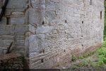 Mur sud vers l'angle sud-ouest: morceau du petit appareillage du 10e siècle visible entre les blocs du 11e siècle