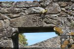 Linteau de la porte occidentale aux motifs évoquant la Trinité (7e siècle pour G. Moracchini)
