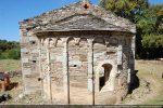 Abside et fronton: jeu de coloris des différentes pierres composant colonnettes, arcs et murs