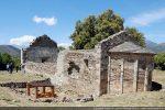 Eglise Santa Maria de Rescamone (abside du 10e siècle avec remaniements du 12e siècle). A gauche édifice abritant un baptistère des 5e-6e siècles