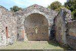 Intérieur vu vers l'abside. Lors des sondages, 7 niveaux de sol ont été identifiés