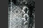 Détail des mosaïques: le panneau des imbrications bordé de losanges (Cahier Corsica, 98-99, 1982)
