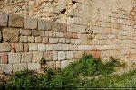 Mur sud: alignement des blocs et soubassement (12e siècle)