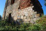 Mur nord: blocs et porte surmontée d'un linteau en bâtière (12e siècle)