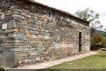Mur latéral sud portant les traces de plusieurs remaniements