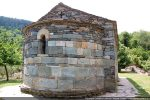 Si la partie haute a été remontée, la base, formée de grandes dalles de schiste vert, daterait du début du 12e siècle