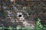 Détail de l'appareillage du mur nord composé de petites pierres notamment des galets coupés en deux