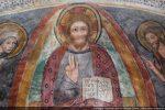 Détail du Christ la main levée et tenant un livre sur lequel est écrit: Je suis la lumière du monde et le chemin de la vérité