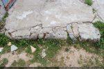Blocs taillés affleurant (vestiges de l'ancienne chapelle?)