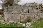 Construction en grandes dalles de granit, matériau affleurant à cet endroit
