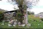 Situation par rapport aux rochers (mur ouest)