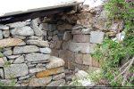 Abri aménagé contre le mur ouest