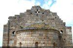 Décor du fronton: pilastres aux angles, oculi, croix ajourée, cupules pour les bols; décor de l'abside: corniche moulurée et lignes concentriques sur les archivoltes des fenêtres