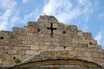 Fronton est: croix ajourée entourée de quatre cupules pour des bols polychromés