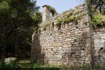 Mur sud percé d'une petite fenêtre; appareillage avec essai de chaînage