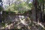 Le mur sud dépasse à peine; il sert de mur de soutènement