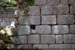 Appareillage de gros blocs de granit assemblé à joint vif avec trou de charpente
