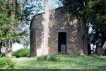 Façade occidentale de la chapelle restaurée ayant servi de caveau funéraire