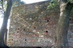 Mur sud  fait de petites pierres hourdées à la chaux avec trous de charpente; partie supérieure refaite