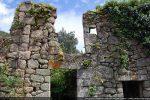 Autour de la tour, un hameau abandonné