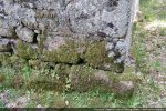 Angle nord-ouest: détail de la base du mur