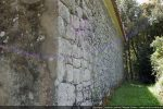 Mur nord: mélange de pierres de remploi bien taillées et pierres arrondies