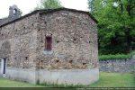 L'abside est à pans coupés avec une petite fenêtre