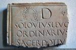 Dalle funéraire de remploi dans l'autel mentionnant le nom de Solovius, personnage important qui devait commander la légion romaine campant à Olmia