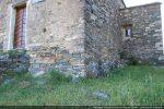 Angle nord-est : dans le bas du mur de petites pierres allongées