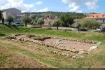 Les deux églises emboitées sont les seuls vestiges visibles du site fouillé ayant livré notamment 72 sépultures s'échelonnant du 3e au 11 siècle