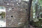 Mur occidental fait de petites pierres de schiste gris quadrangulaire soigneusement agencées