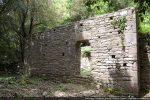 Mur latéral sud avec la seconde porte, elle aussi surmontée d'un linteau irrégulier