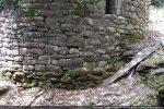 Le mur extérieur de l'abside épouse le déclivité très forte du terrain